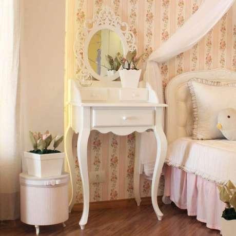 9. Decoração para quarto de menina com estilo romântico e com penteadeira pequena