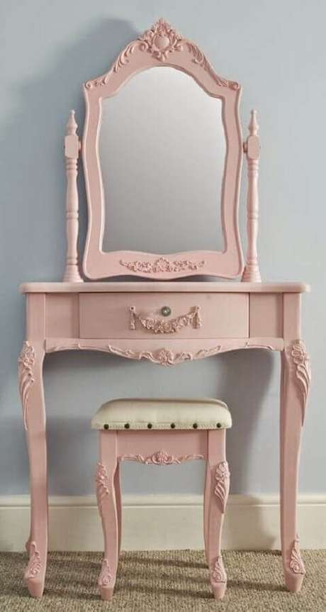 33. Que tal um modelo cor de rosa de penteadeira com espelho para dar um toque ainda mais feminino à decoração?