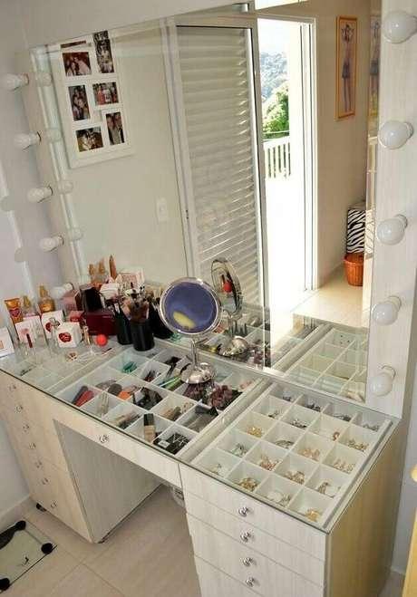 5. Modelo de penteadeira moderna com divisórias para maquiagem e bijuterias e tampo de vidro, facilitando