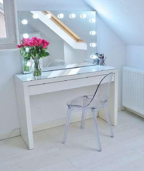 40. Decoração clean e moderna com cadeira de acrílico e penteadeira simples com espelho com iluminação