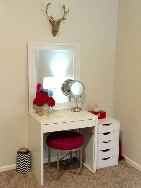 42. Modelo de penteadeira simples e branca com banqueta pink