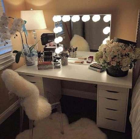 6. A iluminação extra da penteadeira camarim é perfeita para quem ama se maquiar.