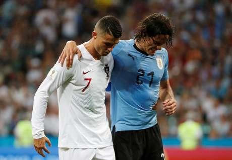 Cavani, machucado, deixa o campo ajudado por Cristiano Ronaldo