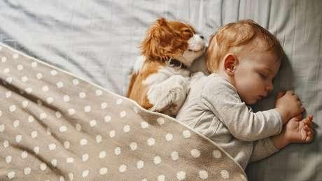 Há um estigma sobre quem dorme 8 horas ou mais, mas não com bebês, porque sabe-se que o sono é importante para eles