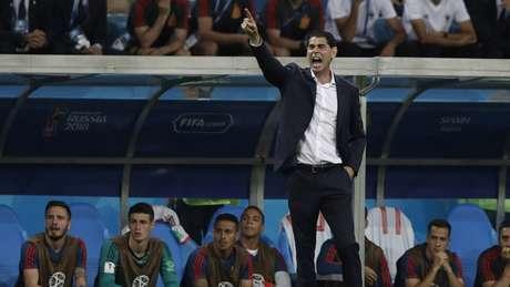 Após eliminação, Fernando Hierro mantem o alerta ligado, mas espera decisão da federação para definir sua permanência no comando da seleção (Foto: ADRIAN DENNIS / AFP)