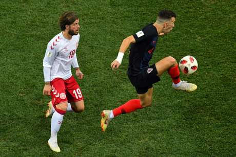 Perisic se antecipa e domina a bola, com Shone observando. Uma das três maiores estrelas da Croácia, o camisa 4 teve uma atuação burocrática contra a Dinamarca (AFP)