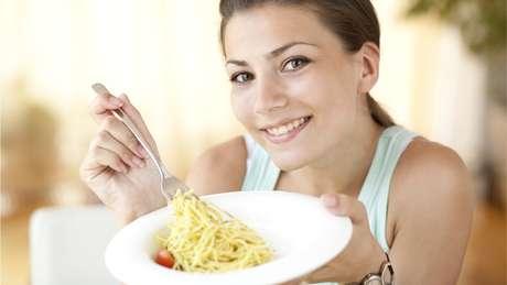 Na dieta intermitente, não há restrição de tipos de comida, mas sim períodos em que não se pode comer