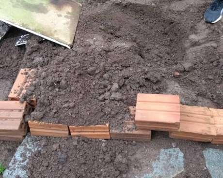 Corpo foi enterrado em cova improvisada no quintal