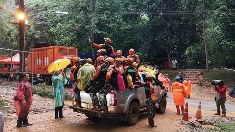 A Tailândia enviou mais de mil pessoas - entre militares e mergulhadores - para procurar os meninos