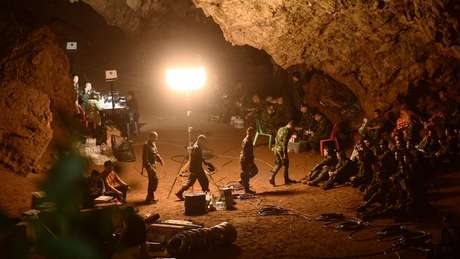 Militares tailandeses estão tentando conter a elevação das águas dentro da caverna
