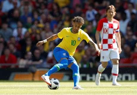 Neymar dribla durante a partida