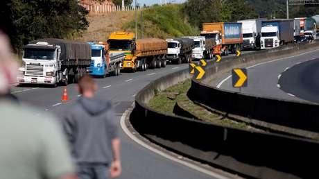 Caminhoneiros bloqueiam trecho da BR-116 durante greve