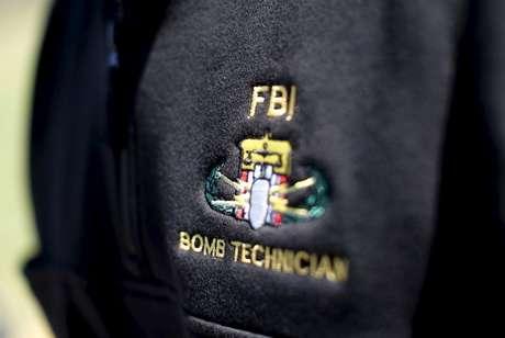 Jaqueta com logo de especialista em bomba do FBI 05/04/2016 REUTERS/Mike Segar