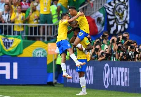 Neymar, Paulinho e Coutinho comemoram primeiro gol brasileiro contra o México