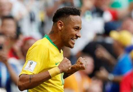 Neymar comemora seu gol, o primeiro do Brasil contra o México