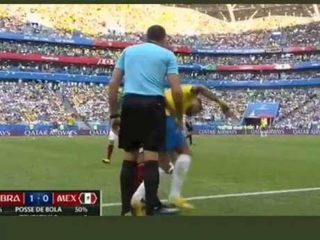 Bruna Marquezine 'protesta' contra pisão no pé de Neymar