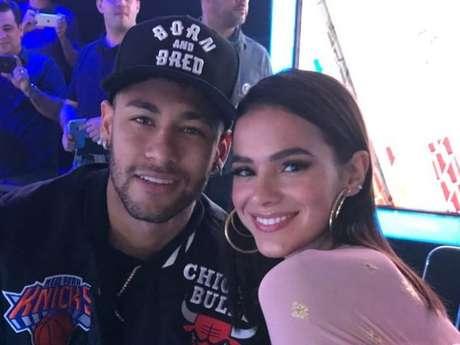 Bruna Marquezine brinca com pisão que Neymar levou no jogo de Brasil e México