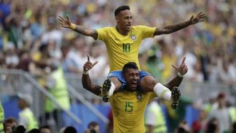 Paulinho 'ajudou' Neymar a comemorar o gol marcado contra os mexicanos (Foto: André Mourão / MoWA Press)