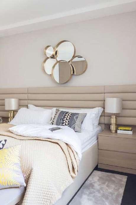 8.Há diversos modelos de espelhos decorativos para quarto e eles podem até ser usados como cabeceira