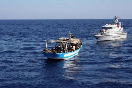 Barco de patrulha da Guarda Costeira da Itália intercepta barco clandestino