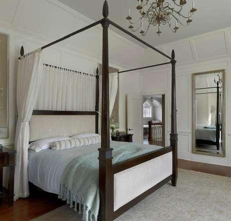 13. Decoração para quarto com cama com dossel e espelho de parede para quarto