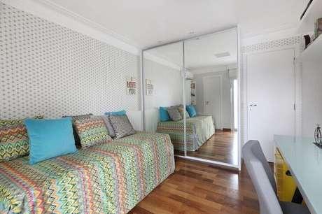 14. Decoração simples para quarto com guarda roupa com espelho