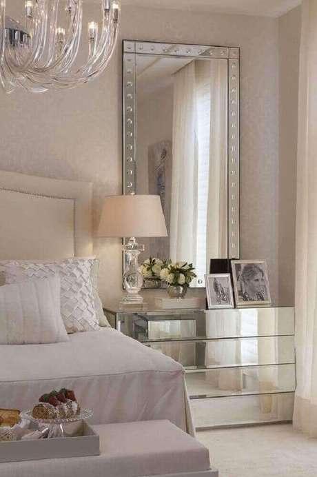 18. O espelho pra quarto pode ganhar um móvel espelhado para ajudar a compor a decoração