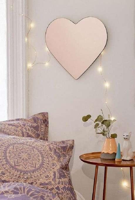 20. Decoração com espelhos decorativos para quarto em formato de coração