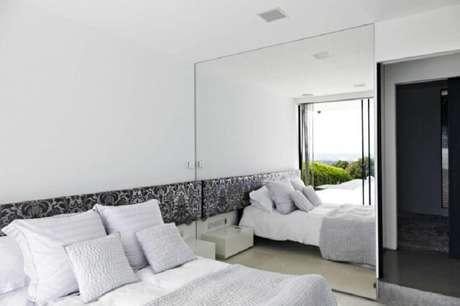22. Decoração com parede espelhada para quarto clean