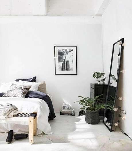 25. Decoração minimalista e moderna com espelho para quarto apoiado na parede