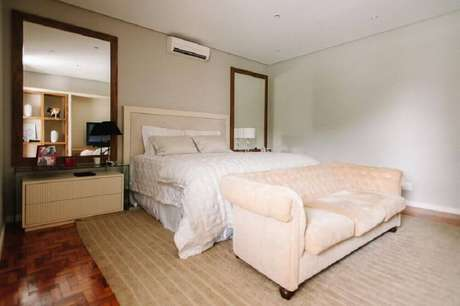 27. Decoração para quarto de casal com espelho grande para quarto instalados nas laterais da cama