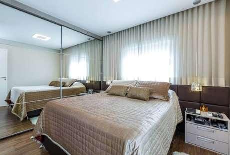 28. Decoração para quarto de casal com guarda roupa espelhado