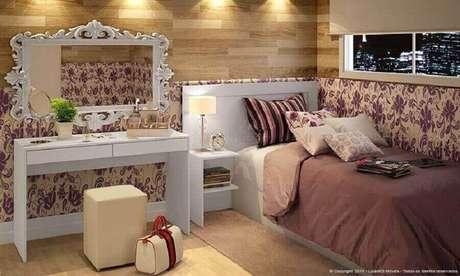 29. Quarto de menina decorado com penteadeira branca, papel de parede floral e espelhos decorativos para quarto com moldura branca