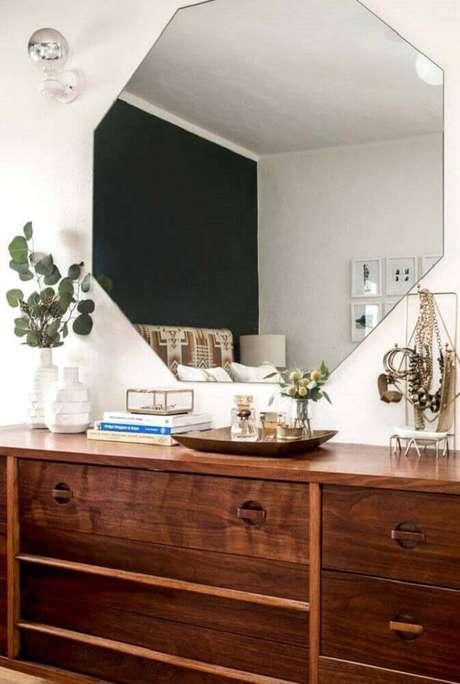 30. O espelho de parede para quarto pode vir com diversos formatos, como esse espelho para quarto com formato geométrico