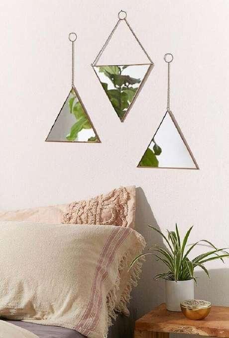 31. Pequenos espelhos decorativos para quarto também são garantia de uma decoração bem delicada e charmosa