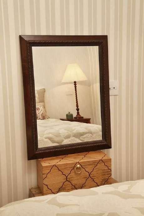 34. Os espelhos decorativos para quarto também podem ficar apenas apoiados sobre algum móvel