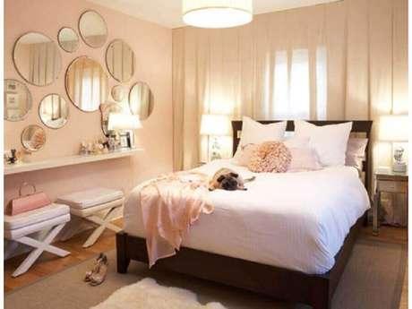 35. Decoração com modelos redondos de espelho de parede para quarto