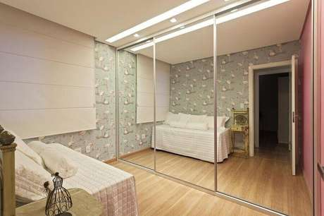 36. Guarda roupa espelhado grande para decoração de quarto de menina