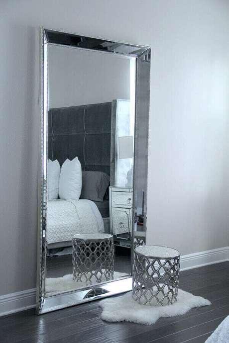 39. Lindo modelo de espelho grande para quarto com acabamento bisotado
