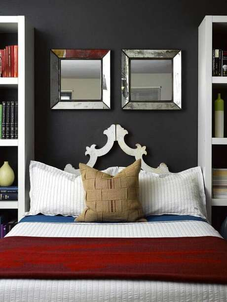 43. Modelos de espelhos decorativos para quarto usados sobre a cabeceira da cama