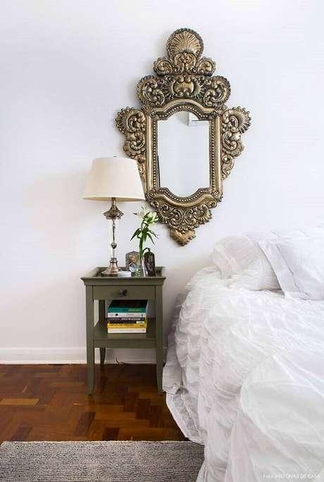 44. O estilo provençal de espelhos decorativos para quarto sempre se tornam o grande destaque da decoração