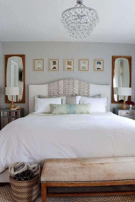 45. Moldura de madeira em espelho para quarto de casal sobre o criado-mudo