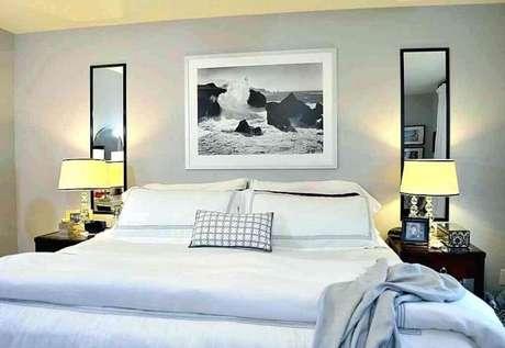 50. Quarto de casal decorado com espelho para quarto nas laterais da cama