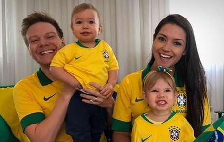 Michel Telo posta foto da familia na torcida pelo Brasil
