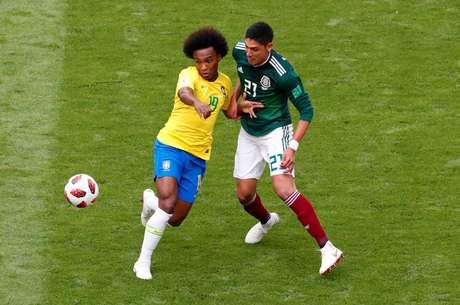 Willian disputa bola com Edson Alvarez, defensor da seleção mexicana