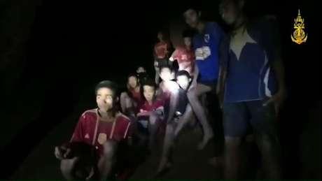 Os 12 garotos e o técnico faziam um passeio á rede de cavernas, quando começou a chover e a entrada ficou bloqueada