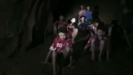 O momento do encontro dos 13 rapazes dentro do complexo de cavernas da Tailândia / Imagem: Marinha tailandesa