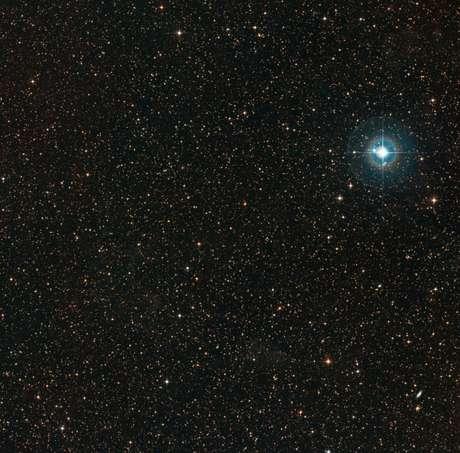 A PDS-70 é o ponto laranja pálido no meio da imagem. A estrela azul brilhante no canto é a Chi Centauri