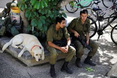 Soldados israelenses no kibbutz Nahal Oz, perto da fronteira com a Faixa de Gaza 08/04/2018 REUTERS/Amir Cohen