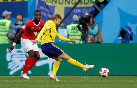 Forsberg chuta para marcar o gol da Suécia